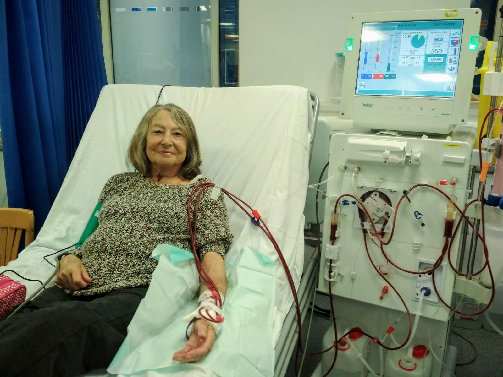 Angela Deighton havig dialysis